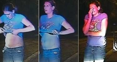 Un policier demande à une jeune femme de secouer son soutien-gorge