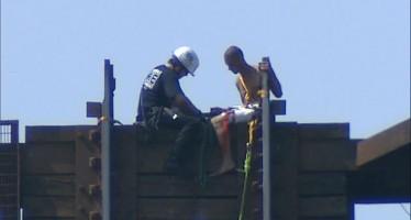 Un homme nu bloqué sur un pont levé de Fort Lauderdale (Floride)
