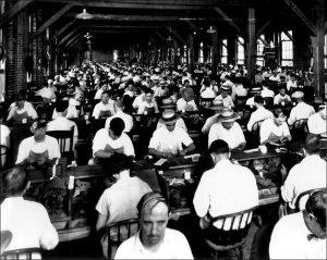 Fabricants de cigares à Ybor City dans les années 1920 (photo : domaine public)