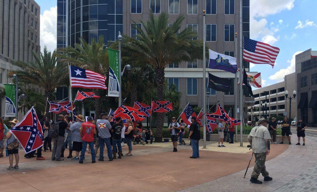 Manifestation confédérée le 15 mai devant l'hôtel de ville d'Orlando.