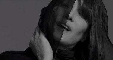Carla Bruni reprend des chansons anglophones (en version muette)