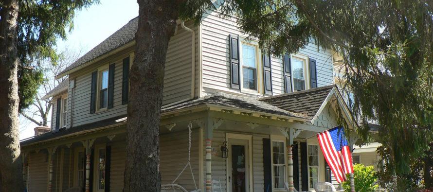 Pourquoi le drapeau américain flotte-il sur toutes (ou presque) les maisons ?